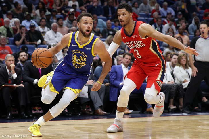 Stephen Curry (Golden State Warriors) vezeti a labdát Josh Hart (New Orleans Pelicans) mellett