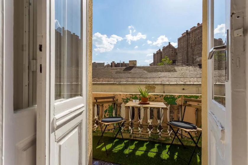 Egy jól berendezett erkélynek különös vonzereje van. Minél több odakinn a zöld, annál jobb, és kényelmes, hívogató bútorokkal lehet a legotthonosabbá tenni ezt a pár négyzetmétert. Egy kis koptatás romantikus hatást kelt, nem kell félni tőle.