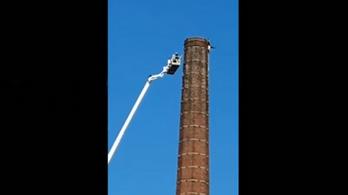 15 órán át lógott egy 90 méter magas kémény tetejéről, meghalt, mire lehozták