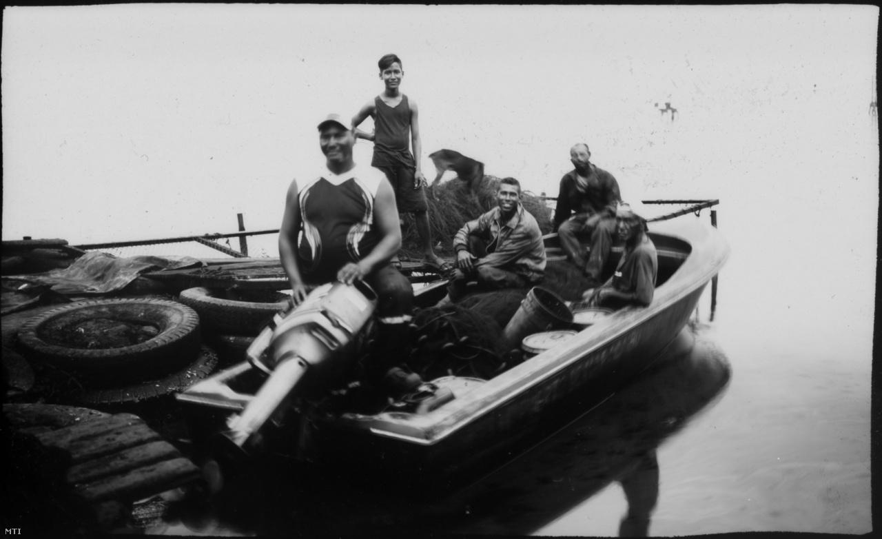 Bár a kép száz évesnek néz ki, valójában 2019 nyarán készült a Cabimas kikötőjéből az olajos vizekre induló halászokról.