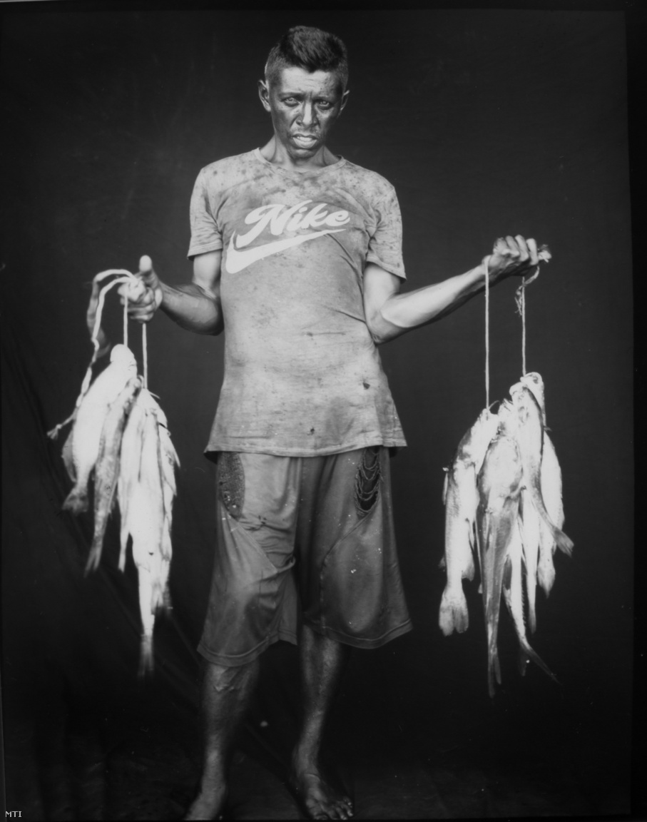 Alirio José Lugano Maracaibo tóból fogott halakkal.