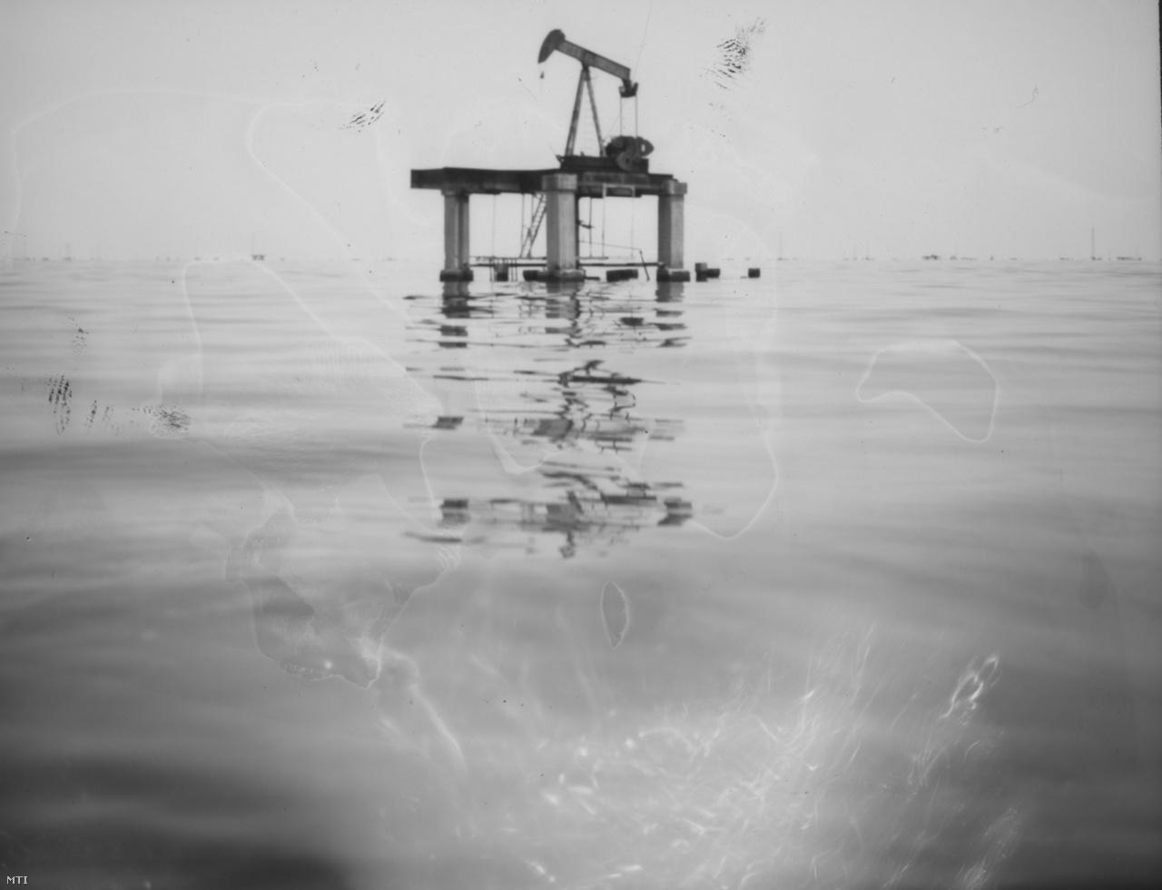 A tóból kiálló, használaton kívüli olajszivattyúk szomorú emléket állítanak a tavat máig szennyező, de pénzt már alig hozó olajiparnak.
