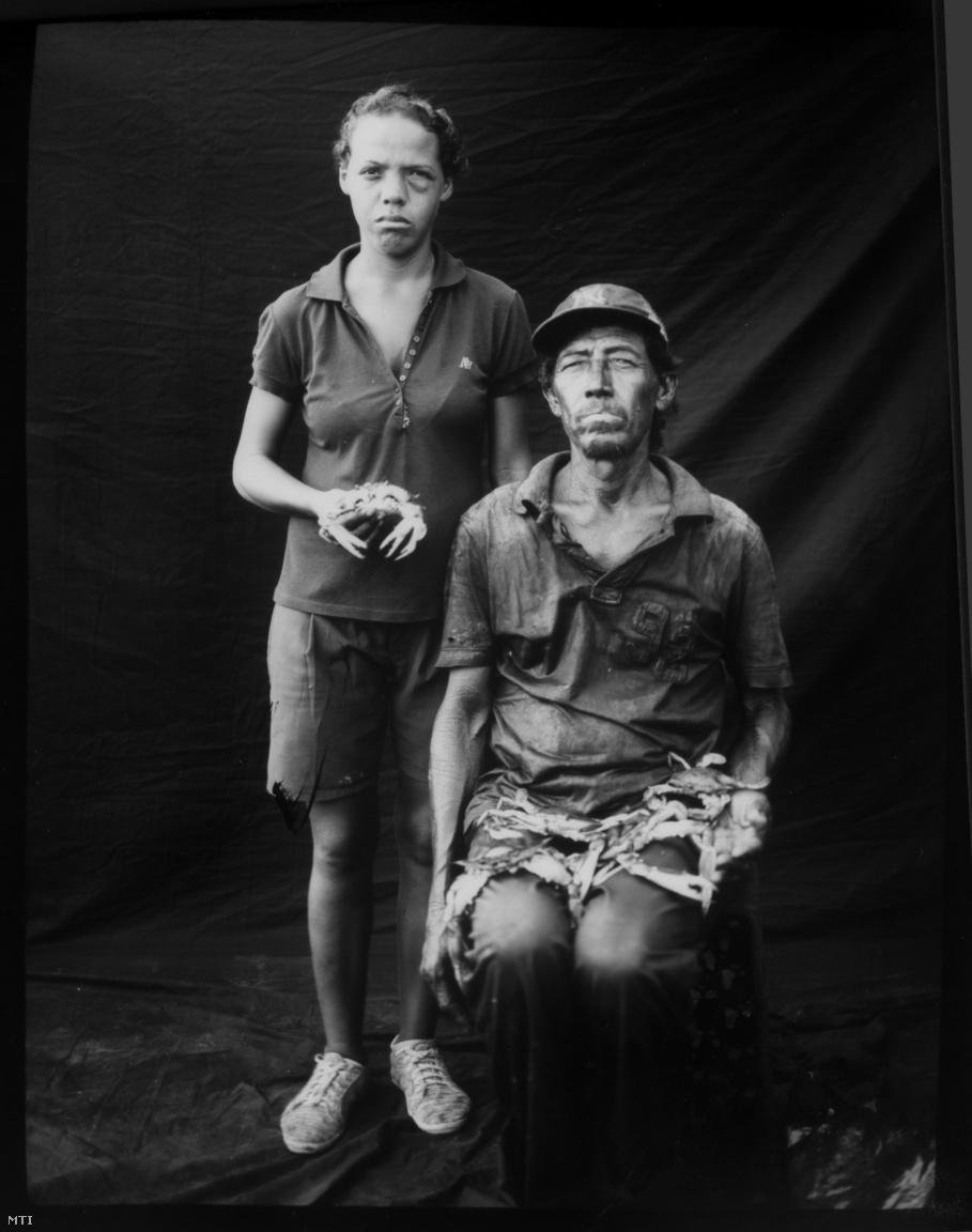 Antonio Tello halász lányával és a kifogott rákokkal pózol.