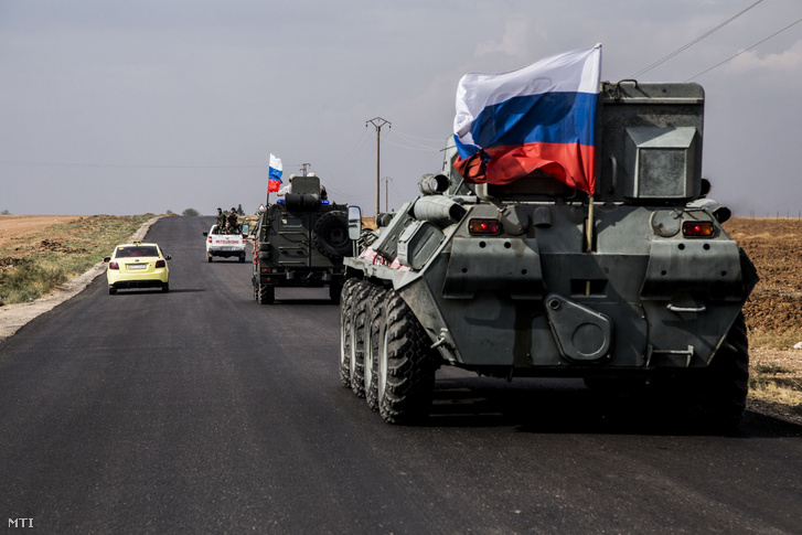 Orosz páncélozott katonai járművek a szíriai-török határ közelében 2019. október 25-én.