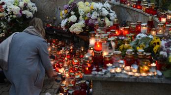 Így készülnek a hétvégi tömegre a budapesti temetőkben