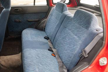 Fele-felében dönthető hátsó ülések
