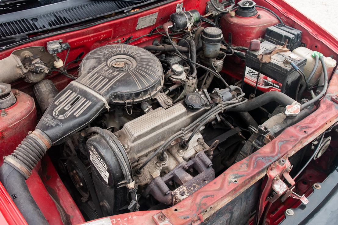 Ez még nem egy agyonburkolt motortér. A 993 köbcentis háromhengeres motorka 5700-as fordulatnál adja le az 53 lóerőt. A ma már szinte viccesen hangzó 76 newtonméteres csúcsnyomaték 3300-nál jön elő