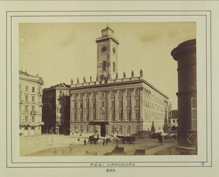Az 1900-ban lebontott régi pesti városháza a Városház téren, ma a Piarista tömb található itt. A felvétel 1880-1890 között készült