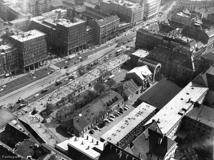 Légifotó 1970-ből. Középpontban a Károly (akkori Tanács) körút, előtérben a Városháza udvara, szemben a Madách-házak. Még látszanak az azóta már lebontott kisebb építmények az udvaron. A körút mai házai közül pedig még nem épült meg mindegyik.