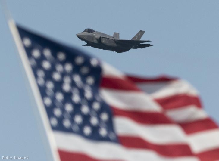 Lockheed Martin F-35 repül San Francisco egén