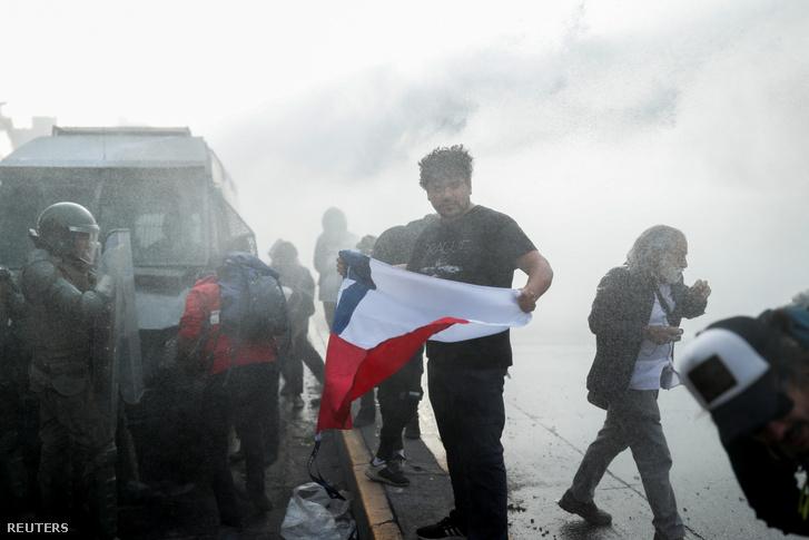 Chilei zászlót tart a kezében egy kormányellenes tüntető a keddi tüntetésen