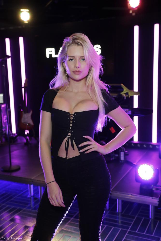 Lépjünk tovább a Flannels nevű cég új kollekciója tiszteletére rendezett buliba, ahol Lottie Moss, Kate Moss szintén modell húga volt a leghíresebb és egyben legszexibb vendég.