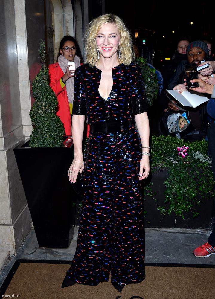 Jó, Cate Blanchett végre nem csupafeketében van, hiszen a ruhája kék-piros díszekkel csillog.