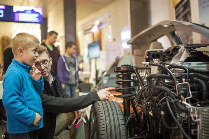 Elektromos autó a Tudományok fővárosa című, a természettudományok és a technológiai innovációt népszerűsítő rendezvényen a fővárosi Várkert Bazárban
