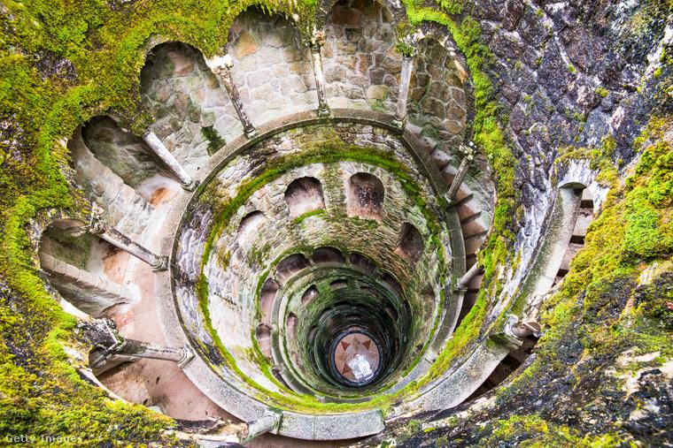 Fordított torony PortugáliábanA Quinta da Regaleira palota egy különleges, 27 méter mély fordított torony, vagy beavatási kútnak is nevezik, aminek aljára csigalépcső vezet