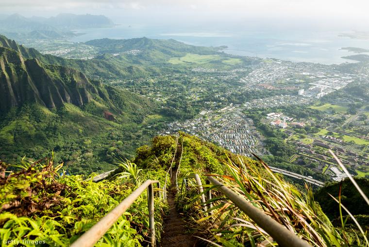 Haiku-lépcsők HawaiinAz Oahu szigetén található 800 méter hosszú lépcsősor a második világháború alatt a kommunikációt segítette, ugyanis itt vezették el a rádióállomás kábelét a Haiku-völgy egyik oldalától a másikig