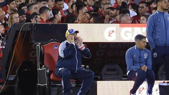 Maradona a kispad helyett trónszékről nézte végig csapata győzelmét