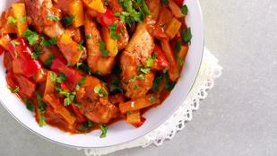 Ehhez az indonéz fogáshoz minden van a hűtőben: csilis pulykamell zöldségekkel