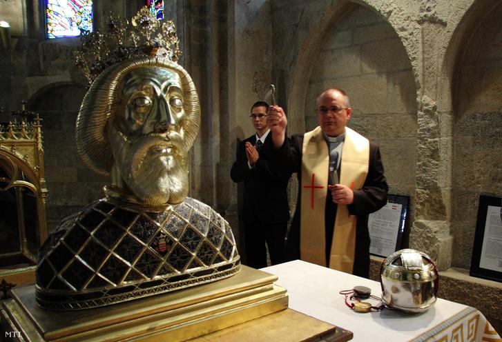 Lukács Zoltán atya megszenteli Szent László hermáját a gyõri bazilikában 2011. szeptember 25-én miután visszahelyezték a koponyaereklyét