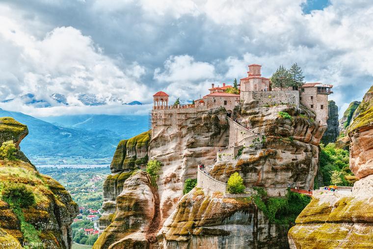 """Égi kolostorokA görög Meteorák, vagyis """"levegőben lebegő"""" sziklák több mint hatszáz éve adnak otthont a rájuk épült huszonnégy bizánci kolostornak, ezek közül ma már csak ötöt használnak szerzetesek"""