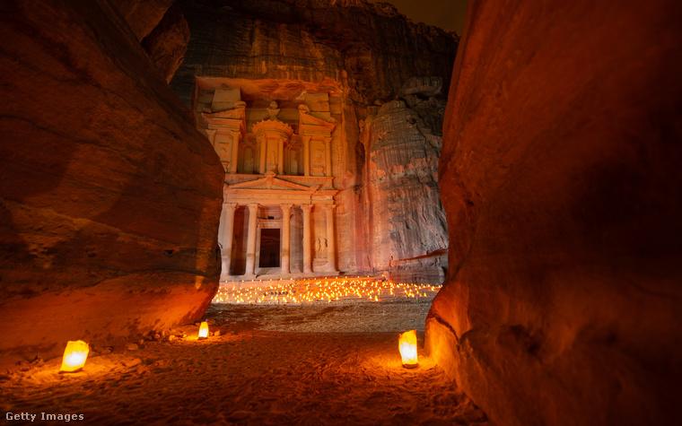 Sziklába vájt városPetra a jordán sivatag sziklái között megbúvó egykori karavánközpont, ami az arab nabateusok fővárosa volt