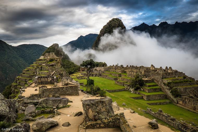 """Az öreg csúcsAz Andok hegyláncai között fekvő Machu Picchu, azaz az """"öreg csúcs"""" egykor az Inka Birodalom fővárosa volt, amit a 15"""