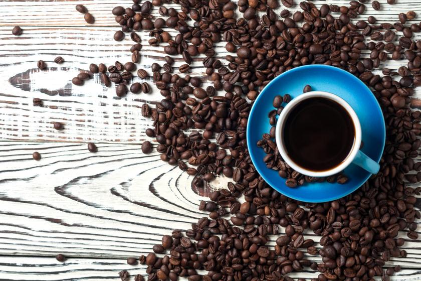 Meglepő lehet, de egy jó erős kávé is segíteni tud: a kávéba mártott ruhával kell átdörzsölni a karcos felületet. A sérült farészt ezzel lehet sötétíteni, amivel jobban idomul a fabútor eredeti színéhez. A kávé ráadásul plusz fényességet kölcsönöz a bútornak.