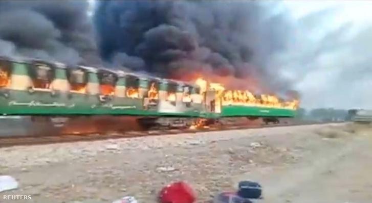 Képernyőkép a pakisztáni lángoló vonatról készült videófelvételről