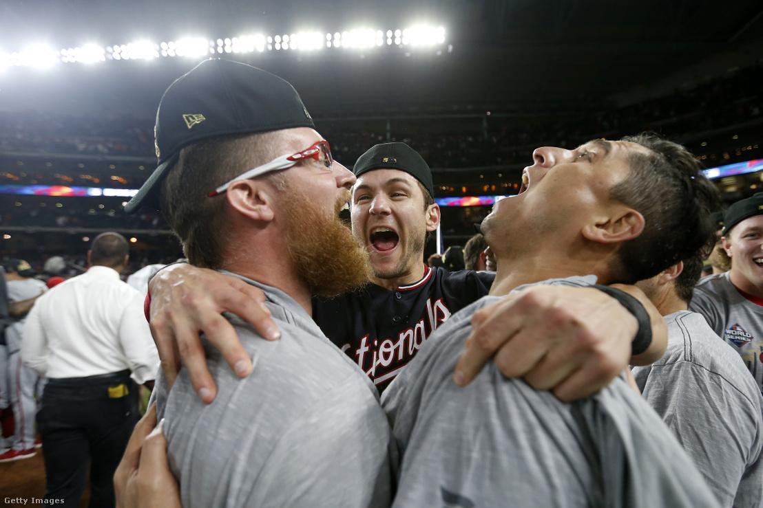 Sean Doolittle (b), Trea Turner (k) és Ryan Zimmerman (j) ünneplik a Washington Nationals első World Series-győzelmét a Houston Astros legyőzése után