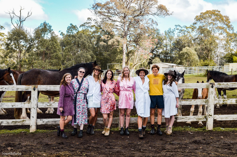 Úgy tűnik, az ausztrálok nagyon szeretnek jótékonykodni, naptárt készíteni, és vetkőzni, hobbijaikat pedig gyakran egyszerre csinálják