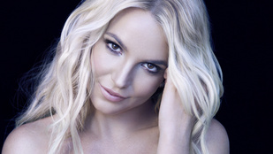 Britney Spears bikiniben jógázik, nem is akárhogyan