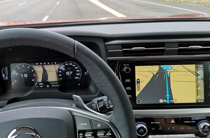 Szép pillanat: mást mutat a két képernyő, és navigációs szempontból mindkettő hülyeség - az ellenkező irányba kéne mennünk