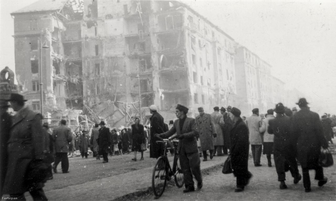 Az Üllői út kereszteződésében álló József körút 86. is a jellegzetes Corvin-közi házak közé tartozott. 1956-os belövése után azonban lebontották, és modern lakóházat húztak fel a helyén 1959-ben.A kép valószínűleg már november 4-i szovjet intervenció után, vagyis a forradalom elbukását követően készült.
