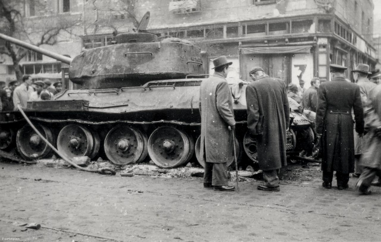 Kilőtt tank, valószínűleg valahol a Rákóczi tér környékén.