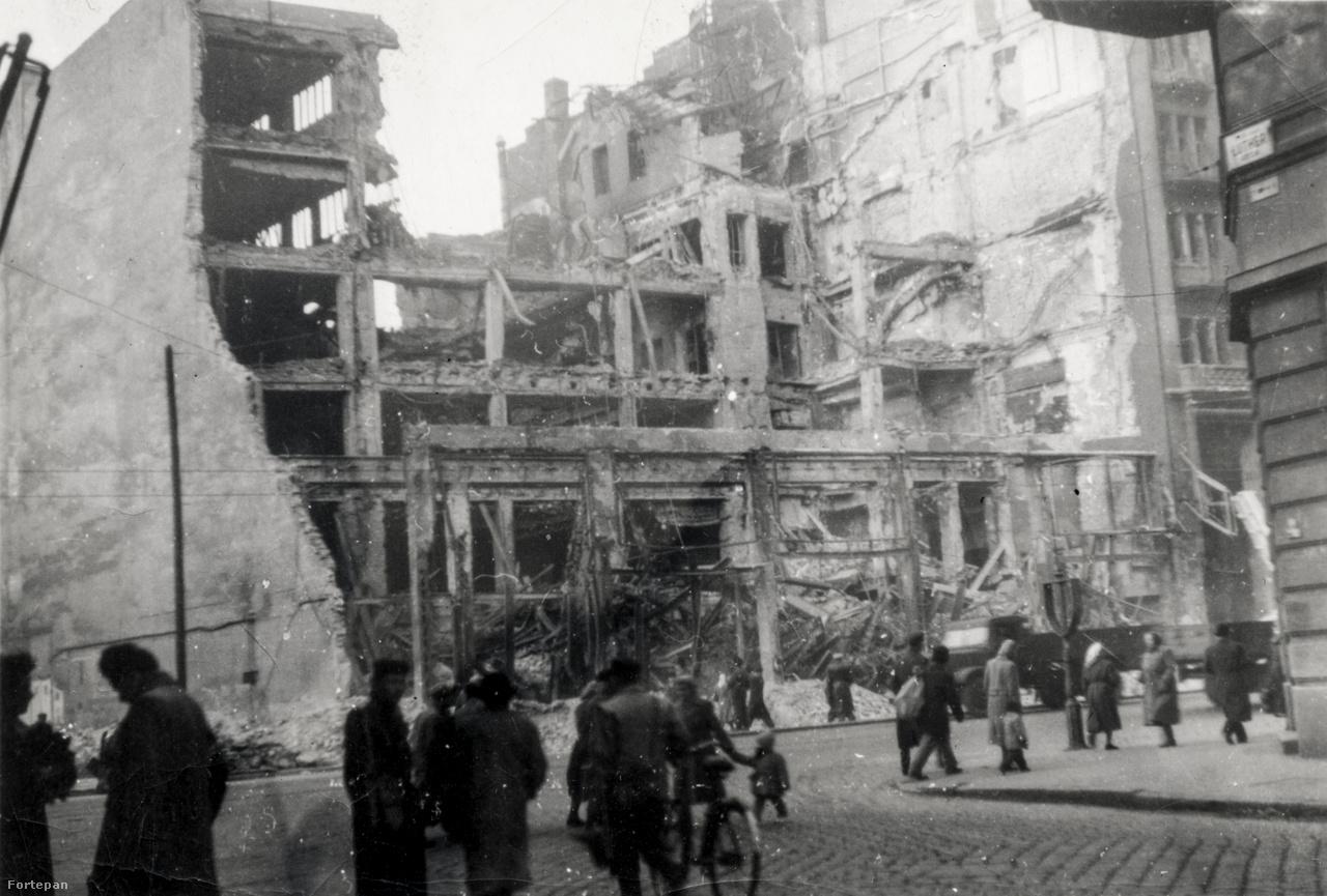 """A Rákóczi út 74. romjai a Luther utca sarkából. Az előbb Magyar Divatcsarnok, majd az újjáépítés után 1961-ben Otthon Áruház néven megnyílt ikonikus üzlet épülete ma üresen áll.A közeli Baross téren nagy harcok folytak, a legendás """"Baross Köztársaság"""" november negyedike után még napokig nem tette le a fegyvert. Amikor aztán mégis, Pölöskei emlékei szerint a szovjetek által a téren begyűjtött fegyvereket pont olyan gúlákba halmozták, mint a levert 1848-as forradalom után."""