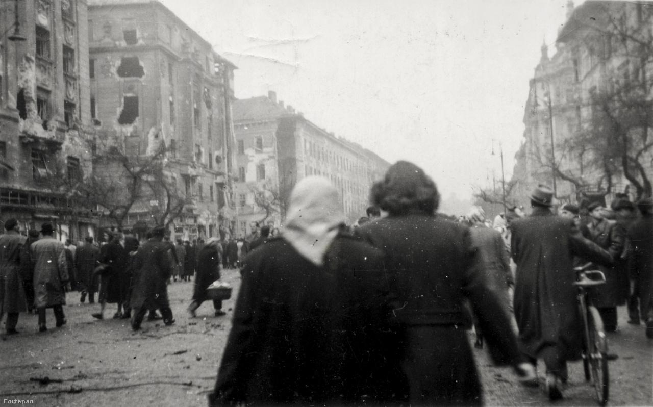 A József körút és az Üllői út kereszteződése, balra a találatot kapott Corvin-házak, háttérben a Kilián-laktanya.