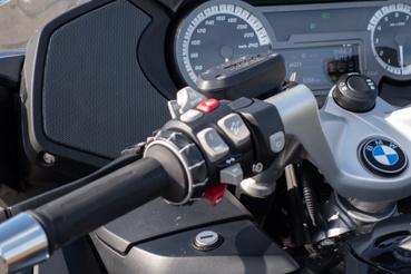 A multi-kontroller a motorok i-driveja. Ha TFT lenne a műszerfal, kevesebbet kellene használni