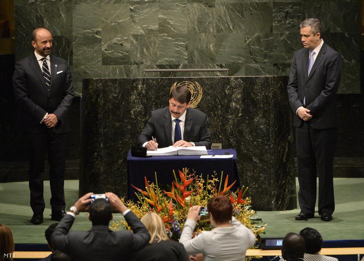 Áder János köztársasági elnök aláírja a tavaly Párizsban megkötött klímavédelmi egyezményt az ENSZ New York-i székházában 2016. április 22-én.