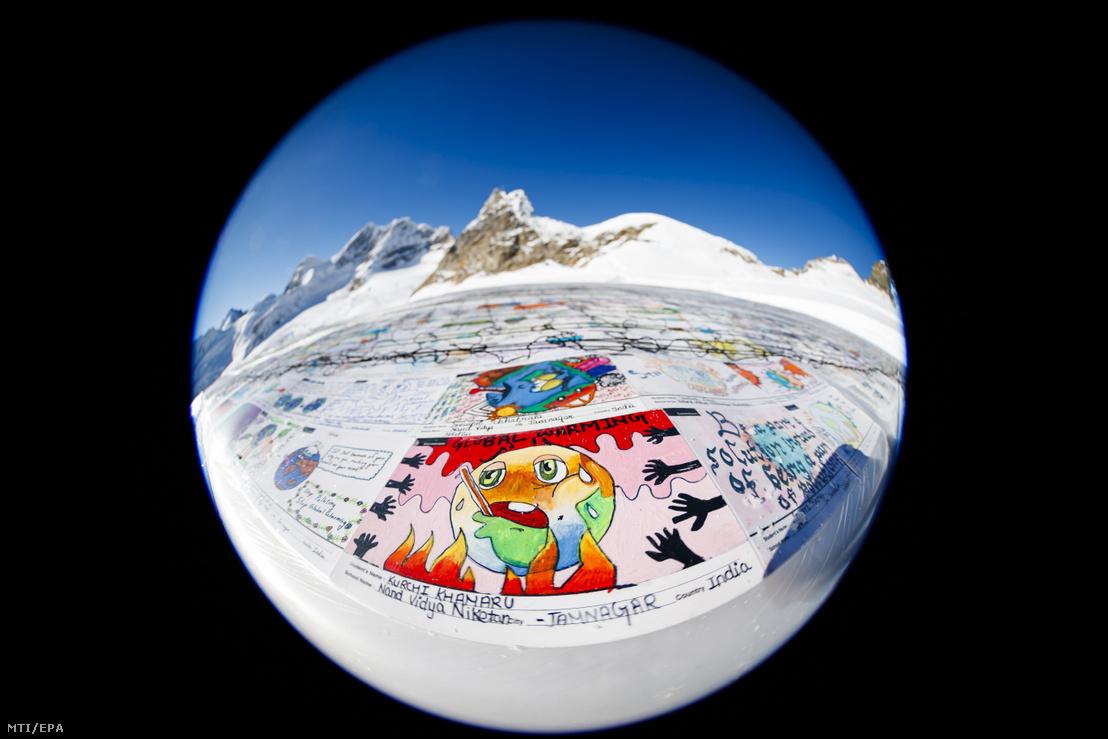 Óriási mintegy 2500 négyzetméteres több mint 125 ezer normál méretű postai képeslapból összeállított képeslap az Aletsch-gleccseren a Jungfrau 3466 méteres magasságban húzódó nyergének közelében 2018. november 16-án. Az eredeti képeslapokat a világ 35 országából írták gyermekek és fiatalok a klímaváltozás és a globális felmelegedés ellen szót emelve.
