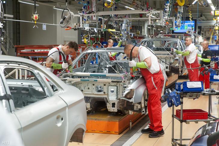 Szakemberek dolgoznak az Audi Hungária Zrt. győri karosszériaüzemében 2017-ben