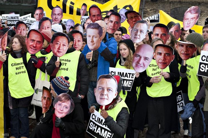 Környezetvédő aktivisták a világ vezető politikusainak képét ábrázoló maszkot viselve tüntetnek Koppenhágában 2009. december 18-án az ENSZ által az éghajlatváltozásról szervezett koppenhágai csúcstalálkozó tizenkettedik napján. A környezetvédők tüntetéseiken határozott lépéseket követelnek a politikusoktól a klímaváltozás a globális felmelegedés megfékezése érdekében.