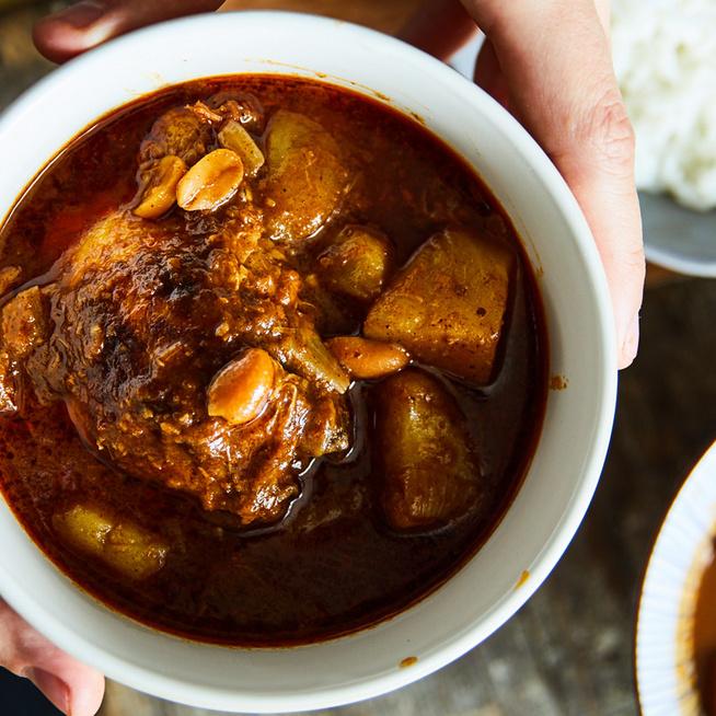Pikáns, kókusztejes csirkecurry pörkölt mogyoróval: házi curry-vel készül