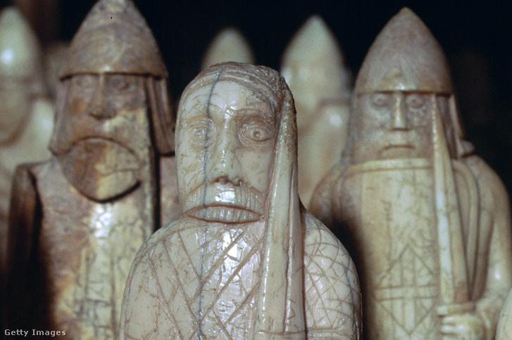 Lewis-sakkfigurák egy csoportja a British Museumban