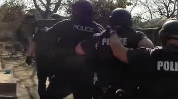 Keményen lecsaptak a férfiakra, akik koszorúval fenyegettek egy rendőrt