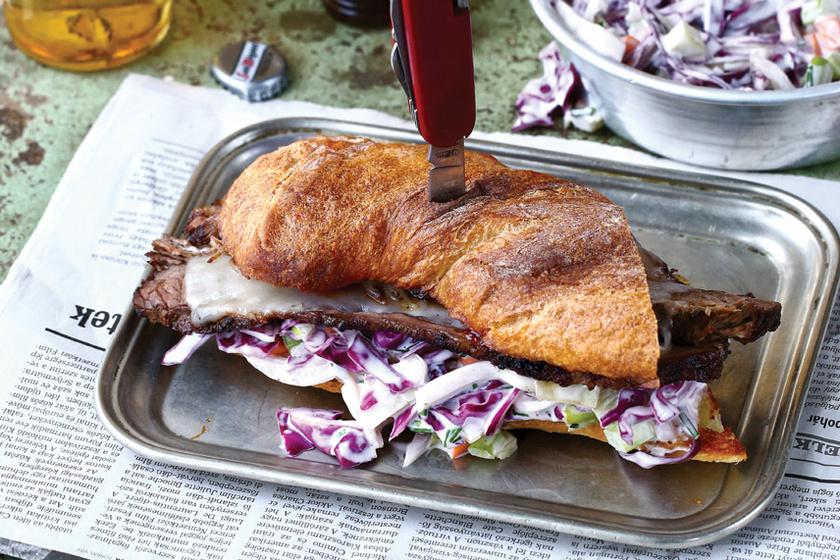 Alaposan megpakolt marhahúsos szendvics: a káposztasalátától szaftos lesz