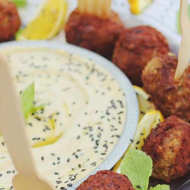 Fűszeres, libanoni húsgolyó bulgurral dúsítva, tahinimajonézzel kínálva
