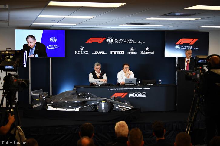 Jean Todt (a kivetítőn), Ross Brawn, Nikolas Tombazis és Chase Carey a 2021-es F1-autók bejelentésén 2019. október 31-én.