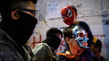 Könnygázzal oszlatták fel a halloweeni maszkos tüntetést Hongkongban
