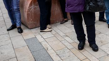 Fél évig sem bírták az Egyetem tér felújított térkövei