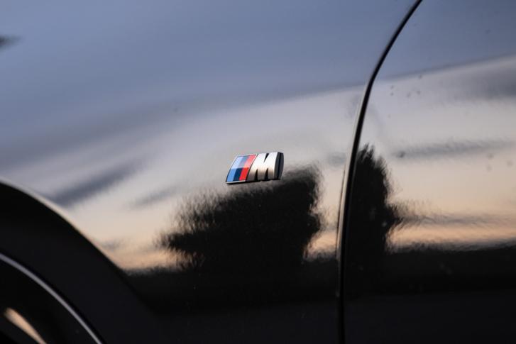 A felnikben, a féknyergekben, az autó hátulján, a motortérben és pár helyen a beltérben is benne van, hogy M. Pont az első sárvédőn ne lenne rajta.